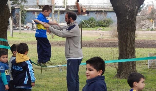 Alejandro Re durante un trabajo de inter accion con chicos del Club San Martin