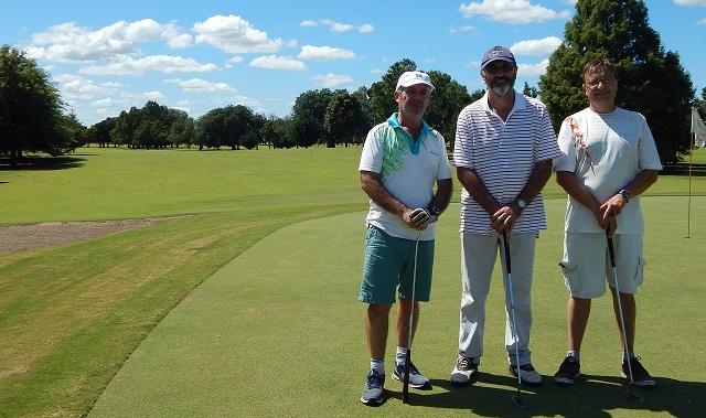 Los jugadores Flores, Ramos y Fileccia, detras el excelente verde de la Cancha de Golf